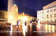 Leipzig - nordwestlicher Augustusplatz und Goethestraße bei Nacht: Kroch-Hochhaus, Dresdner Bank, Studentenwerk und Oper. Foto: Dietmar Fischer.