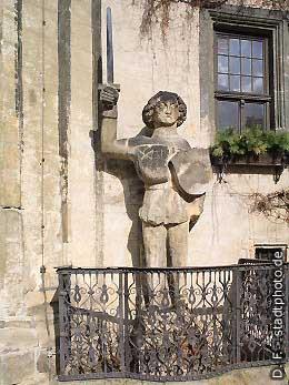 Kleinster Roland Deutschlands Quedlinburg, Markt. Der Roland am Quedlinburger Rathaus (Marktseite) ist der kleinste Roland Deutschlands. (Bild 100-5772)