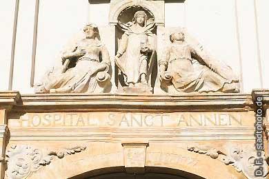 """Quedlinburg: Figurenschmuck am Eingang des """"Hospital Sanct Annen"""". (Bild 100-5773)"""