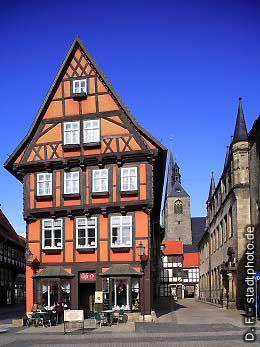 Quedlinburg: Caf� am Markt, Blick in Richtung Kirche. (Bild 100-5794)