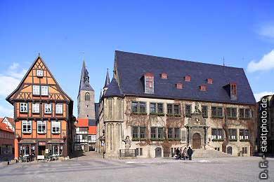 Quedlinburg: Marktplatz - Nordseite mit Caf� am Markt, Kirchturm und Rathaus. (Bild 100-5795)