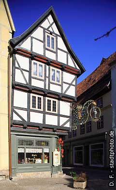 """Caf� """"Zum Roland"""" Quedlinburg, Breite Straße 2 - 6. Das Caf� """"Zum Roland"""" ist ein uriges Caf�, dass sich über 7 historische Fachwerkhäuser aus dem 16. und 17. Jahrhundert erstreckt. Genießen Sie hier täglich frische Torten und Kuchen aus der hauseigenen Konditorei. (Bild 100-5804)"""