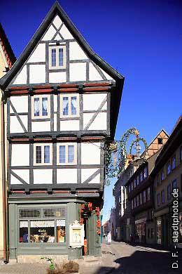 """Caf� """"Zum Roland"""" Quedlinburg, Breite Straße 2 - 6. Das Caf� """"Zum Roland"""" ist ein uriges Caf�, dass sich über 7 historische Fachwerkhäuser aus dem 16. und 17. Jahrhundert erstreckt. Genießen Sie hier täglich frische Torten und Kuchen aus der hauseigenen Konditorei. (Bild 100-5805)"""