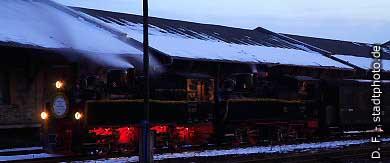 Quedlinburg: Dampfzug der Harzquerbahn (Schmalspuhrbahn) in Doppeltraktion am Abend. (Bild 100-5850)