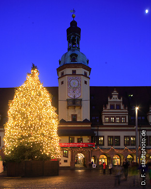 altes rathaus mit weihnachtsbaum am abend leipzig markt 1. Black Bedroom Furniture Sets. Home Design Ideas