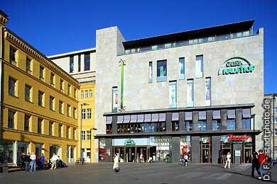 """Galeria Kaufhof und italienisches Restaurant """"Rossini"""" Halle / Saale: Markt. (Bild 102-3574)"""