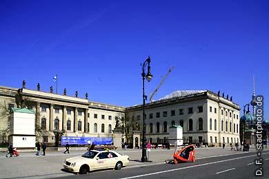 Berlin, Unter den Linden. Humboldt-Universität (Hauptgebäude), Neue Wache, Berliner Dom und Fernsehturm. (Bild 102-4292)
