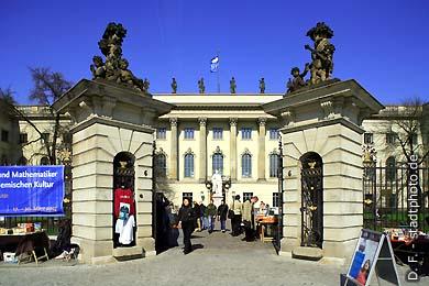 Humboldt-Universität, Hauptgebäude - Haupteingang Berlin, Unter den Linden 6. (Bild 102-4298)
