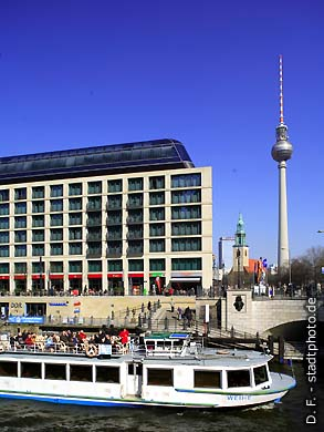 """Radisson BLU Hotel  Berlin, Karl-Liebknecht-Str. 3. An der Spree und in unmittelbarer Nähe des Alexanderplatzes mit Marienkirche und Fernsehturm, des Berliner Domes und der Prachtstraße """"Unter den Linden"""". (Bild 102-4322)"""