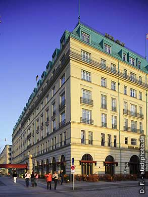 Hotel Adlon Berlin, Unter den Linden 77. Hotel ***** / 5 Sterne. Legendäres Luxushotel Adlon Kempinski am Brandenburger Tor / Pariser Platz. (Bild 102-4388)