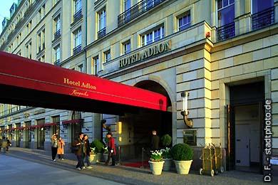 Hotel Adlon Kempinski Hotel ***** / 5 Sterne. Berlin, Unter den Linden 77. Haupteingang des legendären Luxushotels direkt am Brandenburger Tor / Pariser Platz. (Bild 102-4393)
