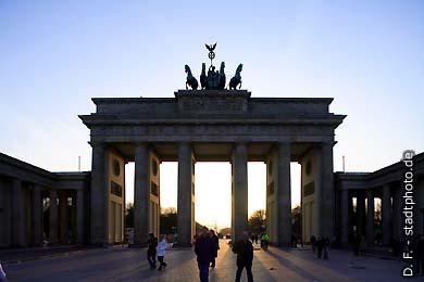 Brandenburger Tor Berlin, Pariser Platz. Das Brandenburger Tor, aufgenommen abends im Gegenlicht. (Bild 102-4394)
