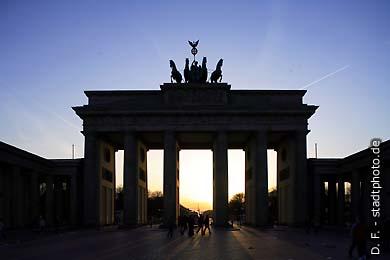 Brandenburger Tor Berlin, Pariser Platz. Das Brandenburger Tor, aufgenommen abends im Gegenlicht. (Bild 102-4396)