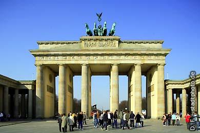 Berlin: Brandenburger Tor. Pariser Platz. (Bild 102-4511)