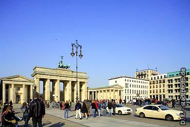 Berlin: Brandenburger Tor. Pariser Platz. (Bild 102-4524)