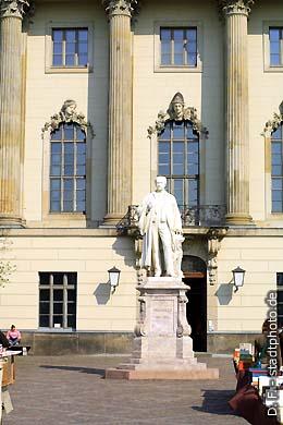 Helmholtz-Denkmal vor der Humboldt-Universität. Berlin, Unter den Linden 6. Hermann von Helmholtz (1821 - 1894), Mediziner und Naturwissenschaftler, erforschte u. a. die Leitungsgeschwindigkeit der motorischen Nerven und erfand den Augenspiegel. Helmholtz war 1877 / 78 Rektor der Humboldt-Universität und 1888-1894 Präsident der Physikalisch-Technischen Reichsanstalt. (Bild 102-4546)