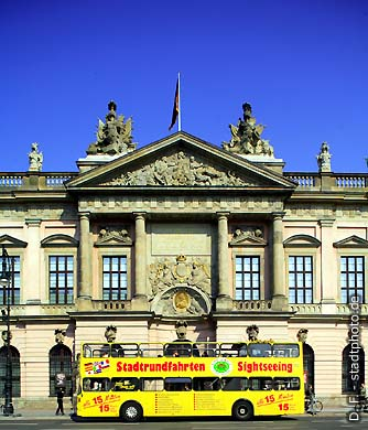 """Zeughaus - Deutsches Historisches Museum. Berlin, Unter den Linden 2. Das barocke Zeughaus aus dem Jahr 1695 ist das älteste Gebäude in der Prachtstraße """"Unter den Linden"""". Das Deutsche Historische Museum (DHM) verfügt über ca. 8.000 m&#178 Ausstellungsfläche und ist eines der bedeutendsten und meistbesuchten Museen Deutschlands. (Bild 102-4559)"""