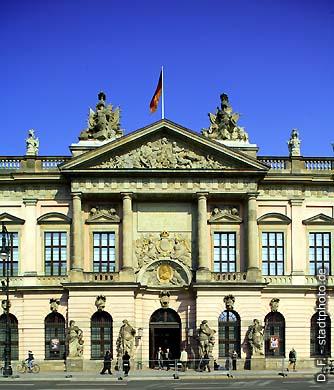"""Zeughaus - Deutsches Historisches Museum. Berlin, Unter den Linden 2. Das barocke Zeughaus aus dem Jahr 1695 ist das älteste Gebäude in der Prachtstraße """"Unter den Linden"""". Das Deutsche Historische Museum (DHM) verfügt über ca. 8.000 m&#178 Ausstellungsfläche und ist eines der bedeutendsten und meistbesuchten Museen Deutschlands. (Bild 102-4560)"""