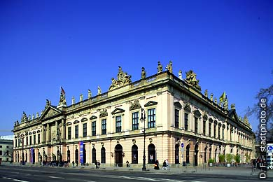 """Zeughaus - Deutsches Historisches Museum. Berlin, Unter den Linden 2. Das barocke Zeughaus aus dem Jahr 1695 ist das älteste Gebäude in der Prachtstraße """"Unter den Linden"""". Das Deutsche Historische Museum (DHM) verfügt über ca. 8.000 m&#178 Ausstellungsfläche und ist eines der bedeutendsten und meistbesuchten Museen Deutschlands. (Bild 102-4565)"""