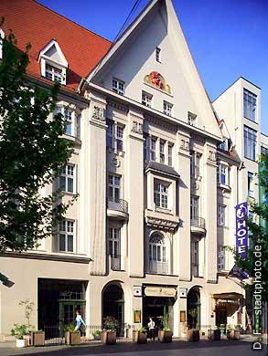 """Dormero Hotel """"Rotes Ross"""", jetzt im Besitz der """"Gold Inn AG"""" (zuvor Kempinski). Halle / Saale, Leipziger Straße 76 (Ansicht). Einfahrt zum Parkhaus über Franckestraße 1. (Bild 102-6402)"""