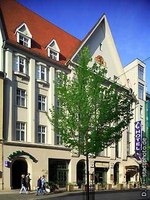 """Dormero Hotel """"Rotes Ross""""Hotel ***** / 5 Sterne. Halle / Saale, Leipziger Straße 76. Das Luxushotel gehört jetzt der """"Gold Inn AG"""" (zuvor Kempinski). Einfahrt zum Parkhaus über Franckestraße 1. (Bild 102-6409)"""
