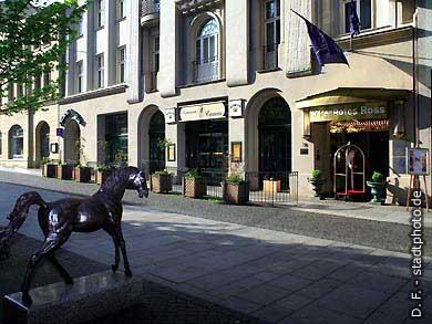 """Dormero Hotel """"Rotes Ross"""" Halle / Saale, Leipziger Straße 76 (Ansicht). Einfahrt zum Parkhaus über Franckestraße 1. Das Luxushotel """"Rotes Ross"""" ist jetzt im Besitz der """"Gold Inn AG"""" (zuvor Kempinski). (Bild 102-6414)"""