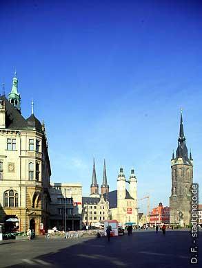 Halle / Saale: Marktplatz mit Stadtkirche, Tourist-Information und Rotem Turm. Blick vom Ausgang der Leipziger Straße. (Bild 102-6427)
