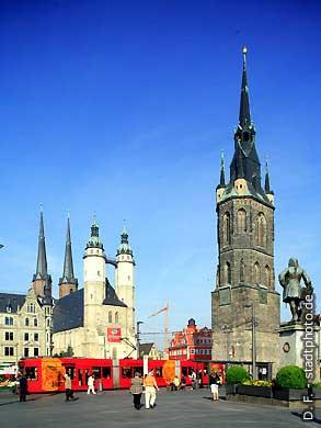 Halle / Saale: Marktplatz mit Stadtkirche, Rotem Turm und Händel-Denkmal. (Bild 102-6428)