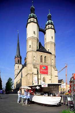 Halle / Saale: Stadtkirche am Markt und ein Schiff als Verkaufsstand für Fisch. (Bild 102-6450)