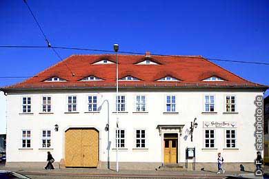 """Gasthof """"Goldnes Herz"""" Halle / Saale, Mansfelder Straße 57. Das """"Goldne Herz"""" ist ein Gasthaus mit jahrhundertelanger Tradition. Es lockt mit gemütlicher Atmosphäre und leckerer Böhmischer Küche. Errichtet wurde es bereits im 17. Jahrhundert als Ausspannhof. (Bild 102-6500)"""