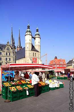 Halle / Saale: Wochenmarkt auf dem Marktplatz. (Bild 102-6507)