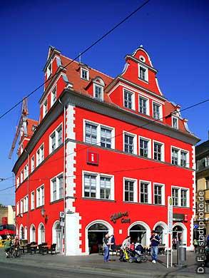 Rotes Schloss - Marktschlößchen Halle / Saale, Marktplatz 13. Im wundershön sanierten Marktschlößchen am Markt findet man heute das Halloren Caf�, die Tourist-Information der Stadt Halle und den Uni-Shop der Martin Luther Universität (MLU). (Bild 102-6509)