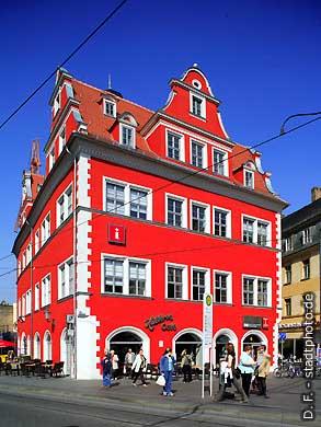Rotes Schloss - Marktschlößchen: Halloren Caf�, Tourist-Information und Uni-Shop der Martin Luther Universität (MLU) am Markt. Halle / Saale, Marktplatz 13. (Bild 102-6513)