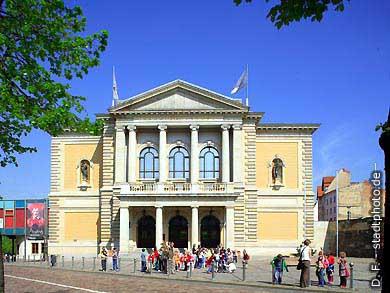 Oper. Halle / Saale, Universitätsring 24. Das Haus wurde erbaut nach Plänen des Architekten Heinrich Seeling und im Jahre 1886 als Stadttheater eröffnet. (Bild 102-6538)