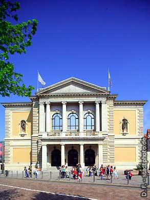 Oper. Halle / Saale, Universitätsring 24. Das Haus wurde erbaut nach Plänen des Architekten Heinrich Seeling und im Jahre 1886 als Stadttheater eröffnet. (Bild 102-6541)