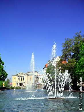Oper und Springbrunnen. Halle / Saale, Universitätsring 24. (Bild 102-6545)