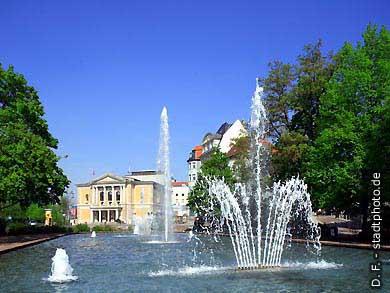 Halle / Saale: Oper und Springbrunnen. (Bild 102-6547)