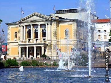 Halle / Saale: Oper und Springbrunnen. (Bild 102-6549)