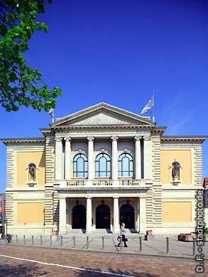 Oper. Halle / Saale, Universitätsring 24. Das Haus wurde erbaut nach Plänen des Architekten Heinrich Seeling und im Jahre 1886 als Stadttheater eröffnet. (Bild 102-6554)