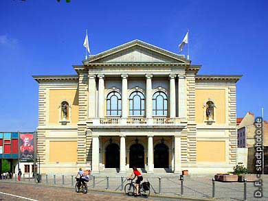 Oper Halle / Saale, Universitätsring 24. Das Haus wurde erbaut nach Plänen des Architekten Heinrich Seeling und im Jahre 1886 als Stadttheater eröffnet. (Bild 102-6563)
