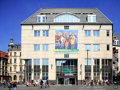 Halle / Saale: Marktplatz. Galeria Kaufhof und Saturn. (Bild 102-6580)