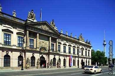Zeughaus - Deutsches Historisches Museum Berlin, Unter den Linden 2.  Blick über die Schlossbrücke zum Lustgarten, Berliner Dom und Fernsehturm. (Bild 103-2810)