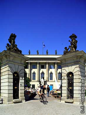 Berlin: Humboldt-Universität, Hauptgebäude - Haupteingang Unter den Linden 6. (Bild 103-2837)