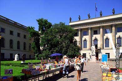 Berlin: Humboldt-Universität, Hauptgebäude - Haupteingang Unter den Linden 6. (Bild 103-2847)