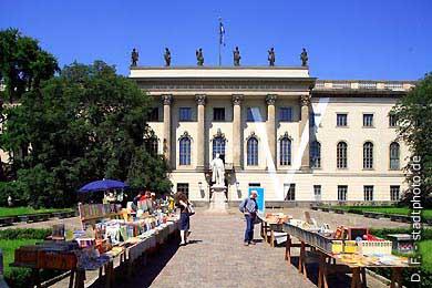 Berlin: Humboldt-Universität, Hauptgebäude - Haupteingang Unter den Linden 6. (Bild 103-2855)