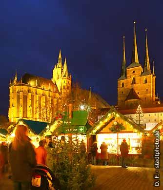 Erfurt: Weihnachtsmarkt 2007 auf dem Domplatz mit Dom und Severikirche. (Bild 103-6837)
