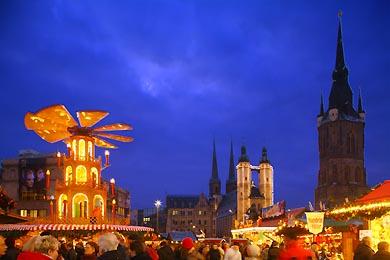 Weihnachtsmarkt auf dem Marktplatz. Glühweinpyramide, Marktkirche, Händel-Denkmal und Roter Turm. Halle / Saale, Markt. (Bild 105-4253)