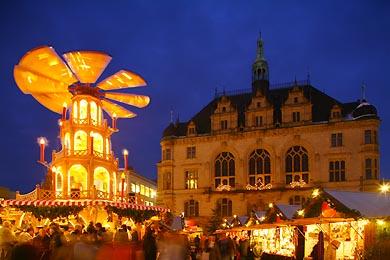 Weihnachtsmarkt auf dem Marktplatz. Glühweinpyramide und Stadthaus. Halle / Saale, Markt. (Bild 105-4261)