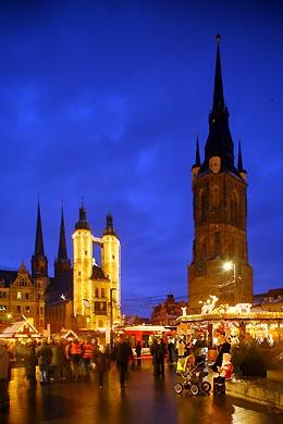 Weihnachtsmarkt auf dem Marktplatz. Marktkirche und Roter Turm. Halle / Saale, Markt. (Bild 105-4270)