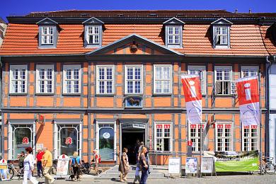 """Haus des Gastes & Löwenapotheke Waren (Müritz), Neuer Markt 21. Das schmucke Fachwerkhaus am Neuen Markt 21 beherbergt die Warener Touristinformation - das """"Haus des Gastes"""" - und die Löwenapotheke. (Bild 106-5045)"""